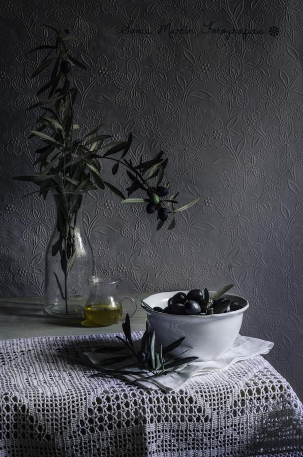 Aceitunas y ramas de olivo copia
